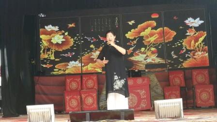 刘霞女士在长寿塔演唱一家人…