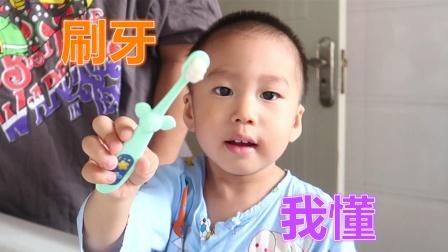 2岁小男孩跟着爸爸洗脸刷牙,漱口水被他喝了,爸爸看见哭笑不得