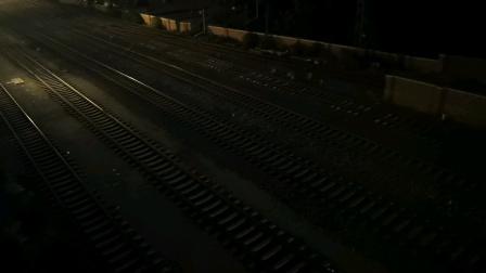 昨晚刚拍的!T184次通过天津站四号楼。