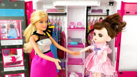 放假了芭比带小芭比出门逛街,小芭比衣服太多不知道穿哪件合适