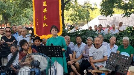 浦江婺剧何美英在文化广场演唱《红梅满园香》
