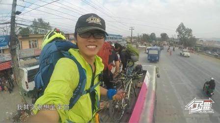去尼泊尔山区徒步,我们还带了自行车,看司机怎么绑大巴车顶