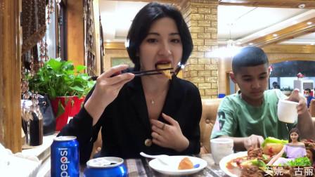 念了好久要吃的大盘鸡,疫情后店里生意惨淡,维吾尔一家吃高兴了