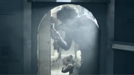 4人被困密室,本想砸门自救,可门一开却捂住鼻子差点吐了
