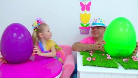 萌娃小可爱和爸爸一起拆惊喜蛋,父女俩玩得可真开心呀!—萌娃:还是宝宝的运气更好!