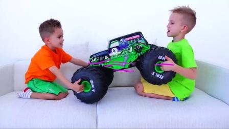 萌娃小可爱们争抢玩具车把轮子都卸下来了,真是太逗啦!—萌娃:看来得去买新玩具了!