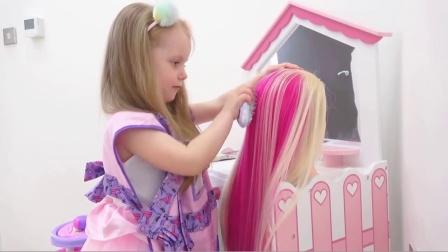 萌娃小可爱可真是一名很棒的理发师呢!小家伙给顾客设计的新发型真是美美哒!
