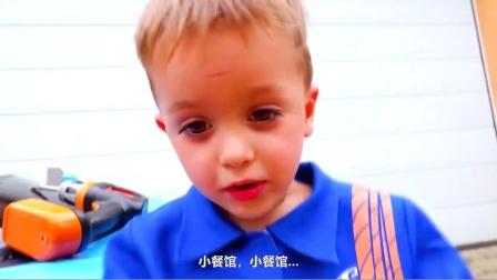 萌娃小可爱趁哥哥给他做冰淇淋的间隙,把他的餐车给开走了,小家伙可真是太调皮了!