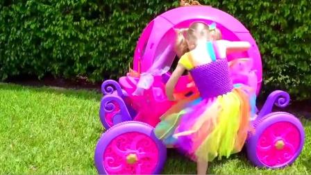 萌娃小可爱和爸爸可真是会玩呢!父女俩玩寻宝游戏玩得可开心了!—萌娃:好多恐龙蛋呀!