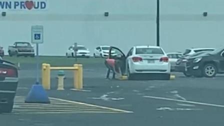没有什么能阻挡女司机前进,遇到障碍就猛加油门!