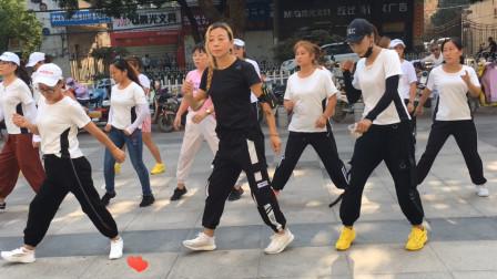 要火了,祁隆的情歌广场舞《唱着情歌流着泪》,32步超简单舞步