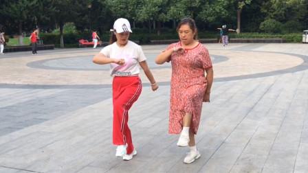 60岁大妈也学跳鬼步舞,第一课《奔跑》就2步,她觉得很开心