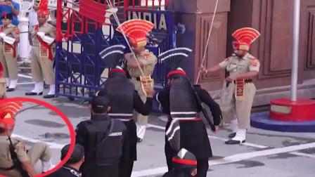 """印度士兵尴尬的一幕,士兵:""""恨不得找个缝钻进去"""""""