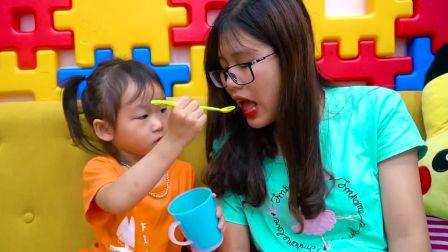 国外儿童时尚,小女孩喂妈妈喝水,表现很棒