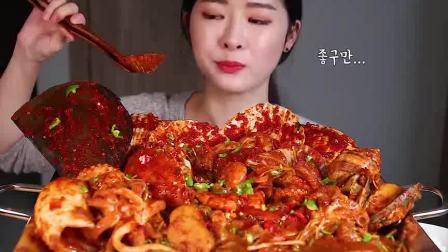 """吃播小姐姐:""""爆辣""""海鲜大餐,一口下去嘴巴被染红,颜值可以出道了"""