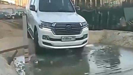 什么叫做在危险的边缘疯狂地试探,看到视频里的车就全明白啦