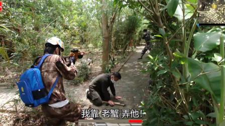 真人版吃鸡:和队友在丛林击倒敌人,刚想补掉,突然跳出两个敌人