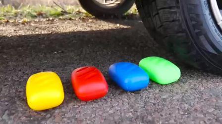 减压实验:牛人把肥皂盒、史莱姆、海绵放在车轮下,好减压,勿模仿