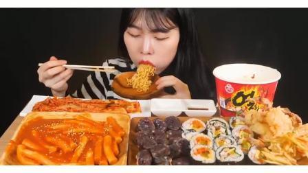 吃播小姐姐:小姐姐吃拉面 年糕 寿司,这么丰盛是我向往的生活