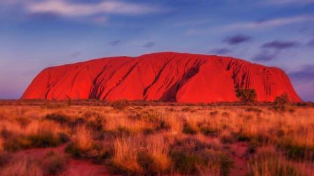 澳大利亚有一块巨石,当地人视为神石,会随机变换颜色