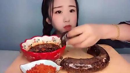 美食boom:吃播小姐姐吃腊肠,看她竟然吃出了幸福的味道