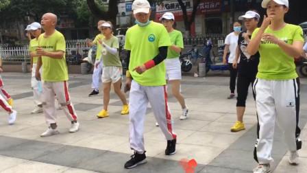 广场步子舞《唱着情歌流着泪》,大家都在跳,比走路减肥效果好