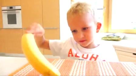 熊孩子们可真调皮呀! 这么多的香蕉被你们拿来泡澡了。