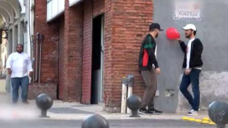 演员假装倒地,然后搓破气球恶作剧,路人:金酸梅奖是你的了