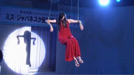 日本选美大赛上,女子被吊起空中,大家竟都没发现那是具尸体!