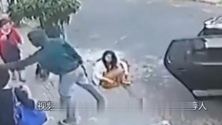 女孩坐在路边等朋友,下一秒意外发生了要不是监控谁信