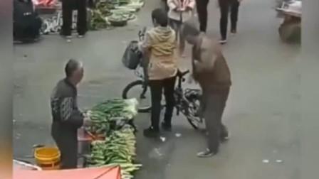 女子转身买菜,浑然不知道身后,监控拍让人脸红的画面