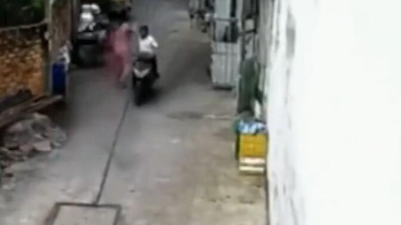 狭窄的小巷子,电瓶车男子直接对年轻女子伸出咸猪手,还好有监控