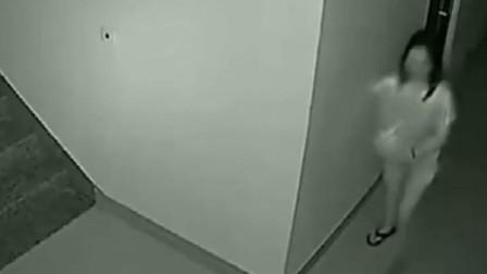 女邻居见小伙睡觉未关门,于是起了歹心,监控拍下丢人一幕