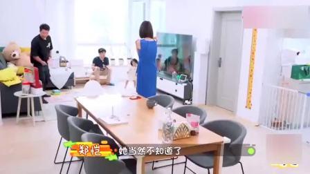 王祖蓝和郑恺一起看跑男节目,女儿看到电视上的祖蓝叫爸爸