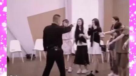 虞书欣表演僵尸出笼,陈建斌当场暴怒,将她赶出去!