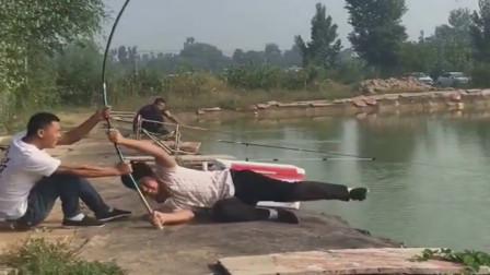 对面钓友劲还挺大,这钓鱼变成了拔河了