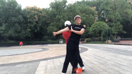 2姐妹在公园跳鬼步舞,太整齐好看了,舞跳成这样我们都喜欢看