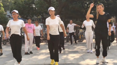30人齐跳鬼步舞《中国红》,舞步超整齐,看得出来谁是领舞吗