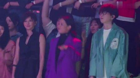 华晨宇嗨唱《异类》完全像个人演唱会,粉丝欢呼声不断!