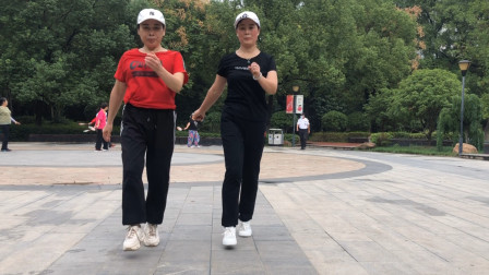 2美女搭档在公园跳鬼步舞,特别的简单,大家都想学