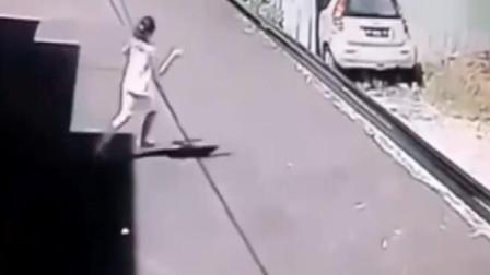 司机开车只顾看路边美女,直接撞墙,监控拍下可笑画面!