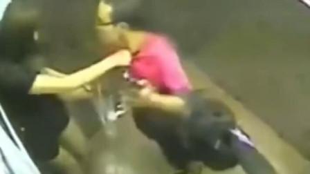 短裙女子深夜乘电梯,被男子尾随,监控拍下可耻的一幕!
