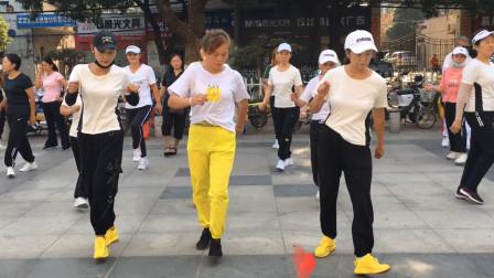 15人齐跳鬼步舞,简单时尚,看着都想跳