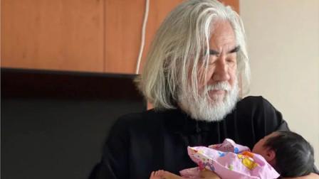 杜星霖晒女儿合照,68岁张纪中头发花白怀抱小女儿,眼神爱意满满