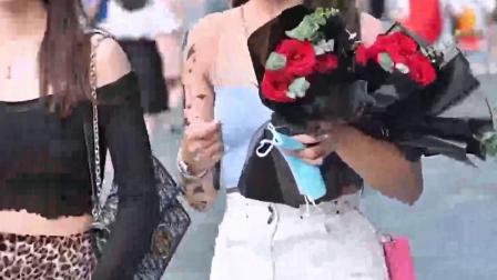 女孩子是不是都喜欢玫瑰花? #街拍