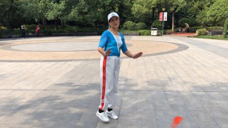 美女在公园跳鬼步舞,每天跳一跳对身体好,最重要的是还能减肥