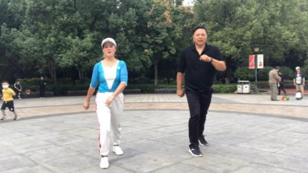 老婆耐心教老公跳鬼步舞,好有爱的画面,大家都羡慕极了