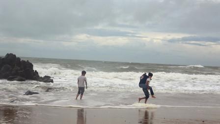 小明旅行记,第一次带小丫看大海,3米多高的巨浪壮观了