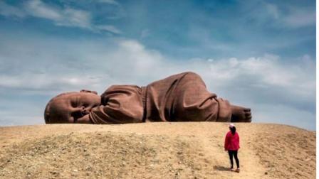 """甘肃沙漠突现神秘""""巨婴"""",独自酣睡近两年,真相让人心疼!"""