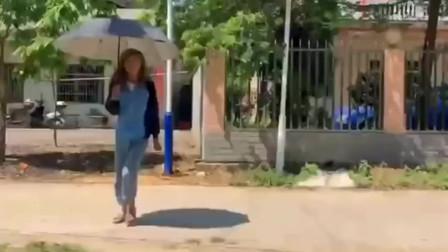 男生和女生收伞的区别,小伙真是个戏精